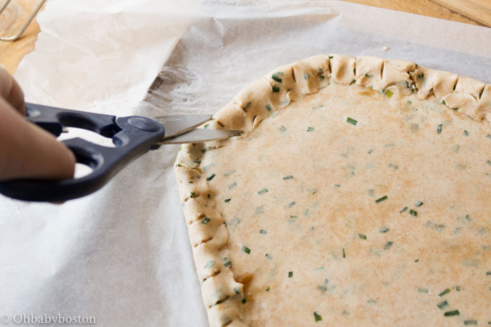 Cutting the crostata dough