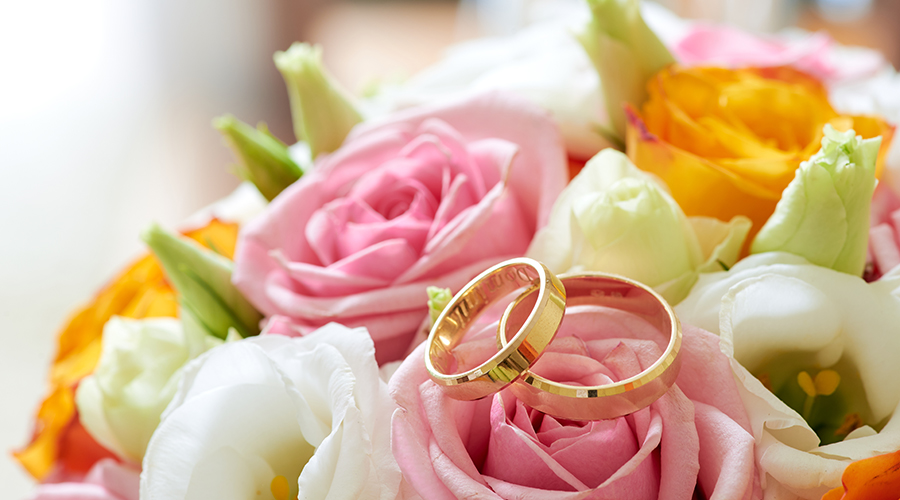Bouquet flowers and weddings rings, close up